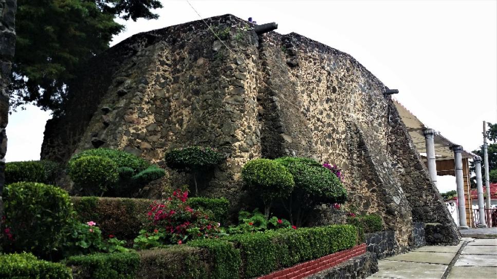 El Calvario Tlacoyucan: Se relaciona la tosca, masiva inquebrantable expresión exterior de los muros de la capilla, con la delicada tersa capa de cal en la bóveda interior fisurada por el sismo