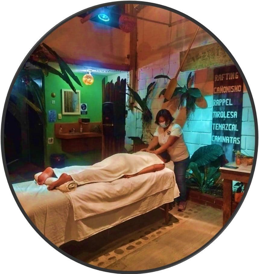 Disfruta de un relajante masaje impartido por manos expertas.