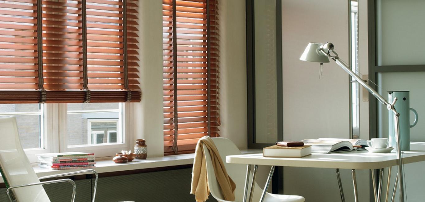 Cada persiana de madera natural muestra las características de la madera ; dejando ver rasgos  como nudos o vetas.