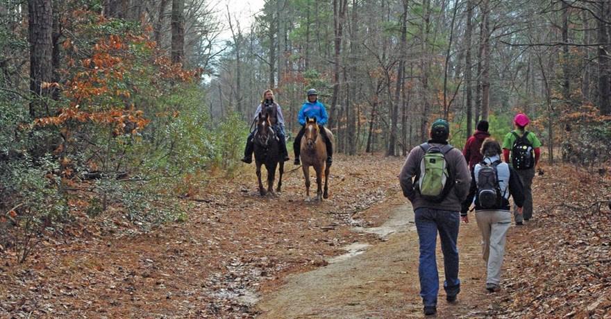 https://0201.nccdn.net/1_2/000/000/0b2/7de/virginia-state-parks_header-HORSES-PEOPLE-880x460.jpg