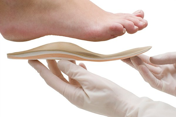 Doctor adapts insole to foot shape