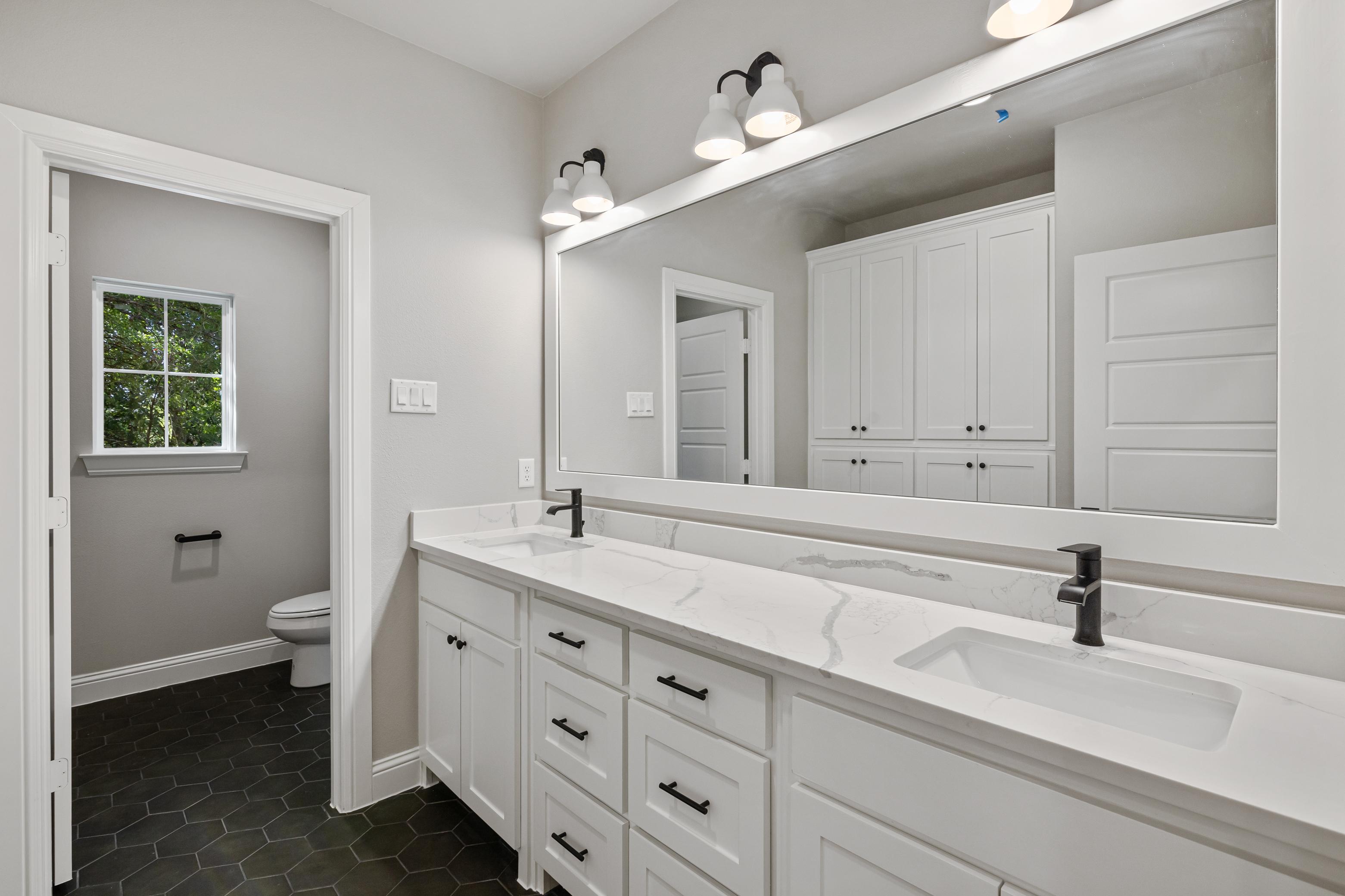 https://0201.nccdn.net/1_2/000/000/0b7/3aa/bathroom-2-full-view.jpg