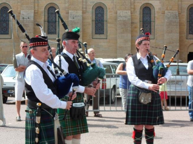 Glentrew Pipers at Palace de L'Englise - Charolles