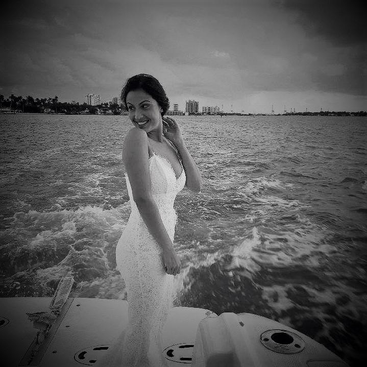 https://0201.nccdn.net/1_2/000/000/0c0/7a5/bride-on-boat.jpg