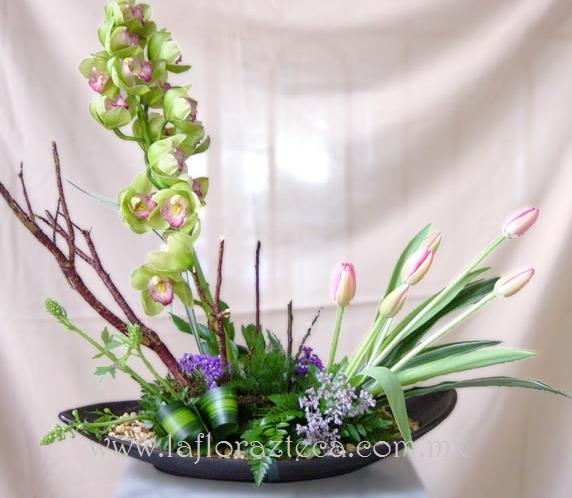 MD - 146  $1,860 Canoa de tulipanes y orquídea cymbidium verde