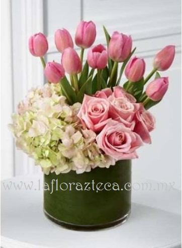 MD - 130  $1,960 Elegante diseño de tulipanes,rosas y hortensias