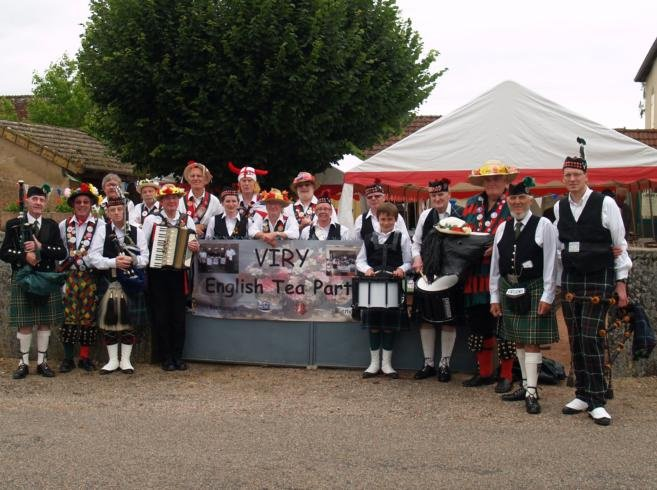 The Merrydowners and Glentrew Pipe Band - Viry France