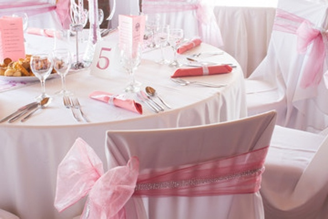 https://0201.nccdn.net/1_2/000/000/0d8/378/pink-white-chair-table-640x427.jpg