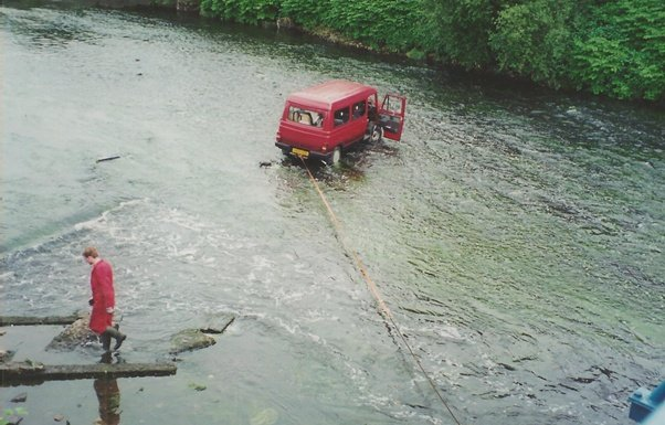 https://0201.nccdn.net/1_2/000/000/0df/14a/car-in-water-602x385.jpg