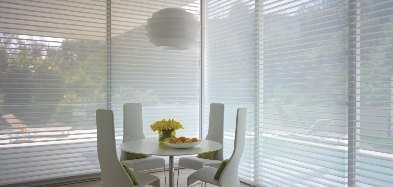 Otra función es difundir la luz natural del sol para reducir el brillo de la luz.   Además de reducir el deslumbramiento y mejorar el confort visual, la iluminación natural a menudo  puede generar ahorro de energía al disminuir la necesidad de iluminación artificial.