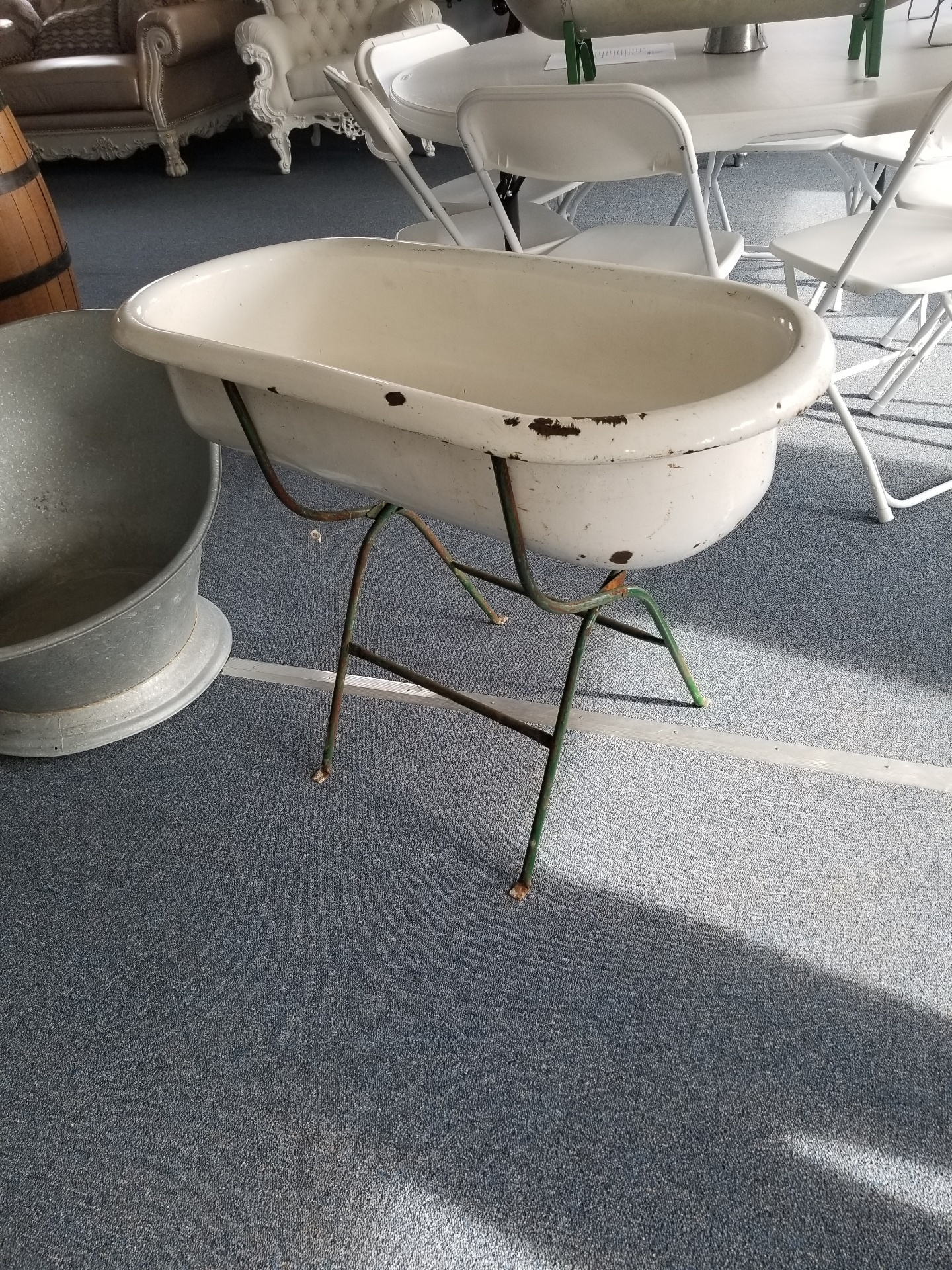 Small Porcelain Tub on Stand $25 / Day