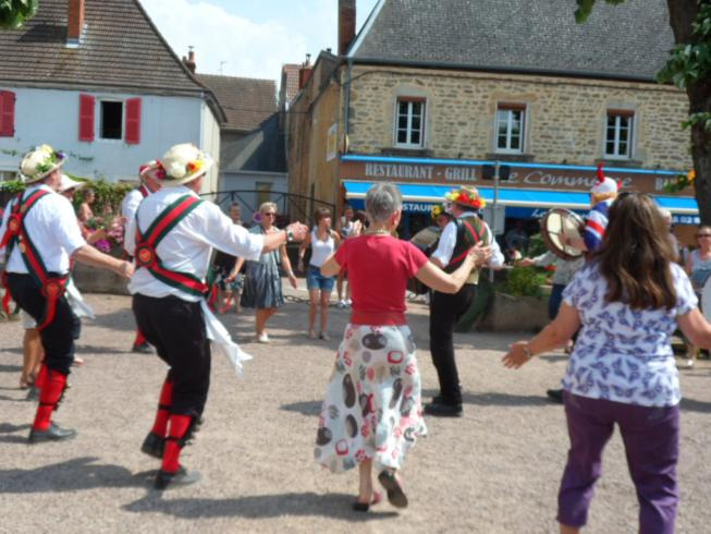 Mass dance with locals - La Clayette