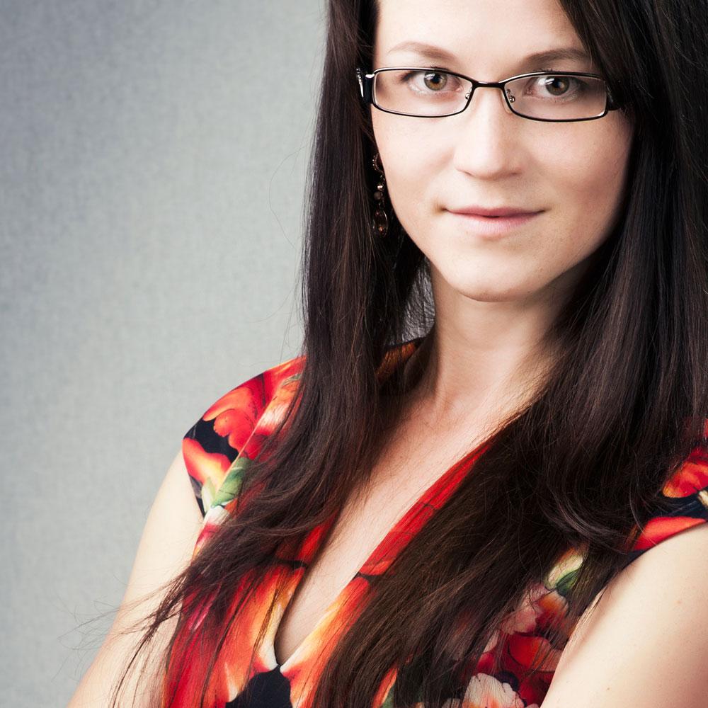 https://0201.nccdn.net/1_2/000/000/0e5/b0f/PortraitofaWomanWithGlasses.jpg