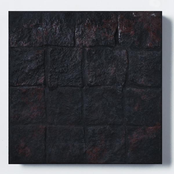 Adoquinado desfasado negro con vetas rojas