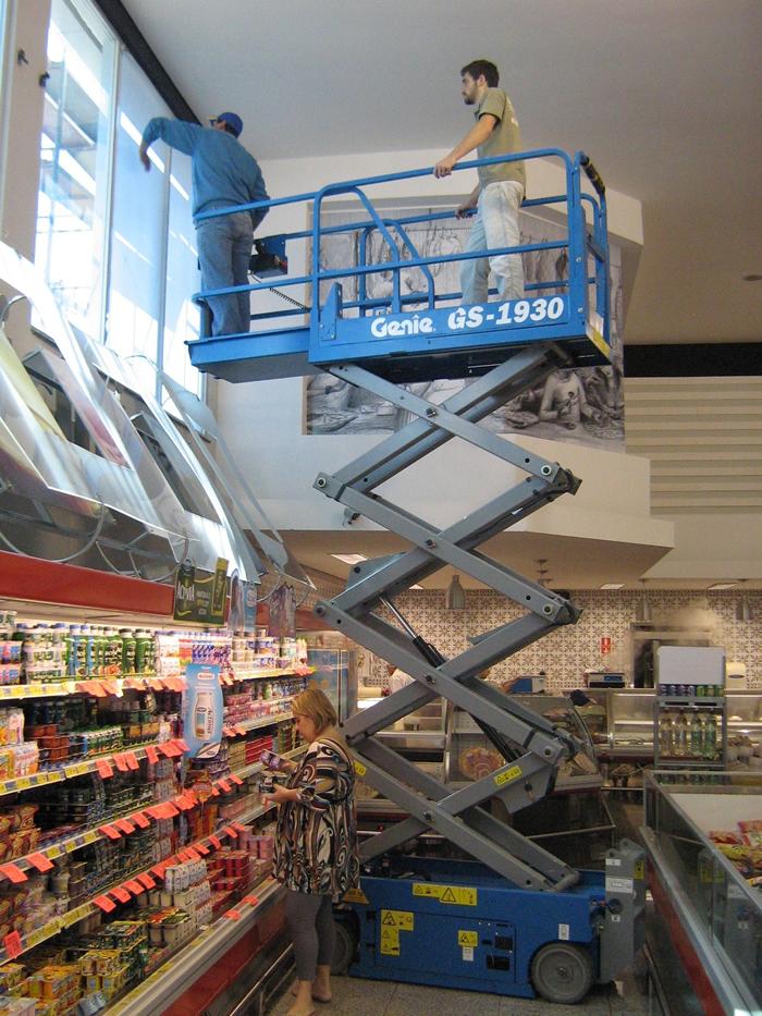 Utilização de plataforma elevatória para trabalho em altura.