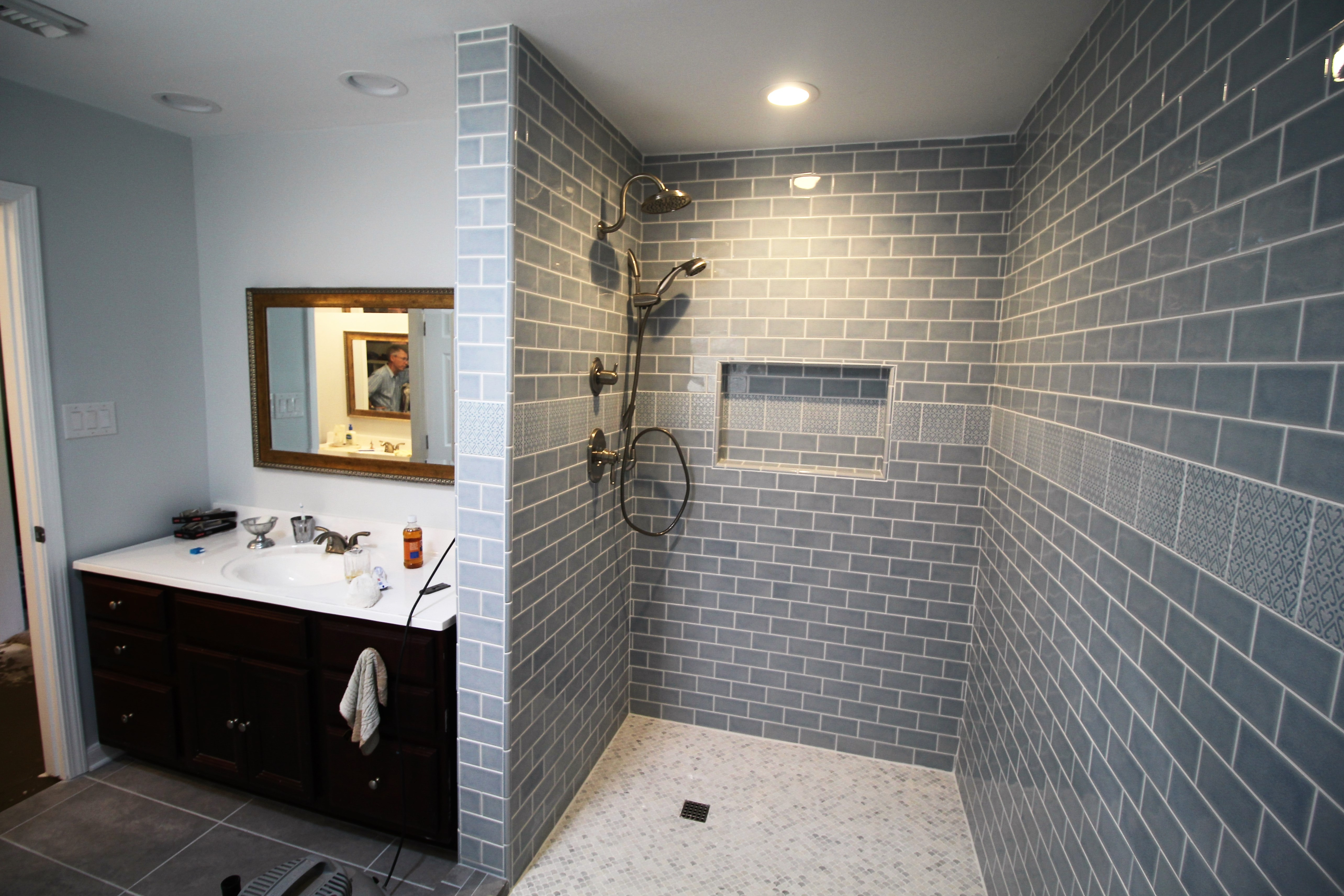 https://0201.nccdn.net/1_2/000/000/0f0/9c4/BathroomShowerAndSink-5135x3423.jpg