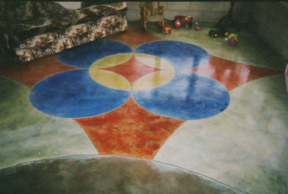 Dyed floor with design