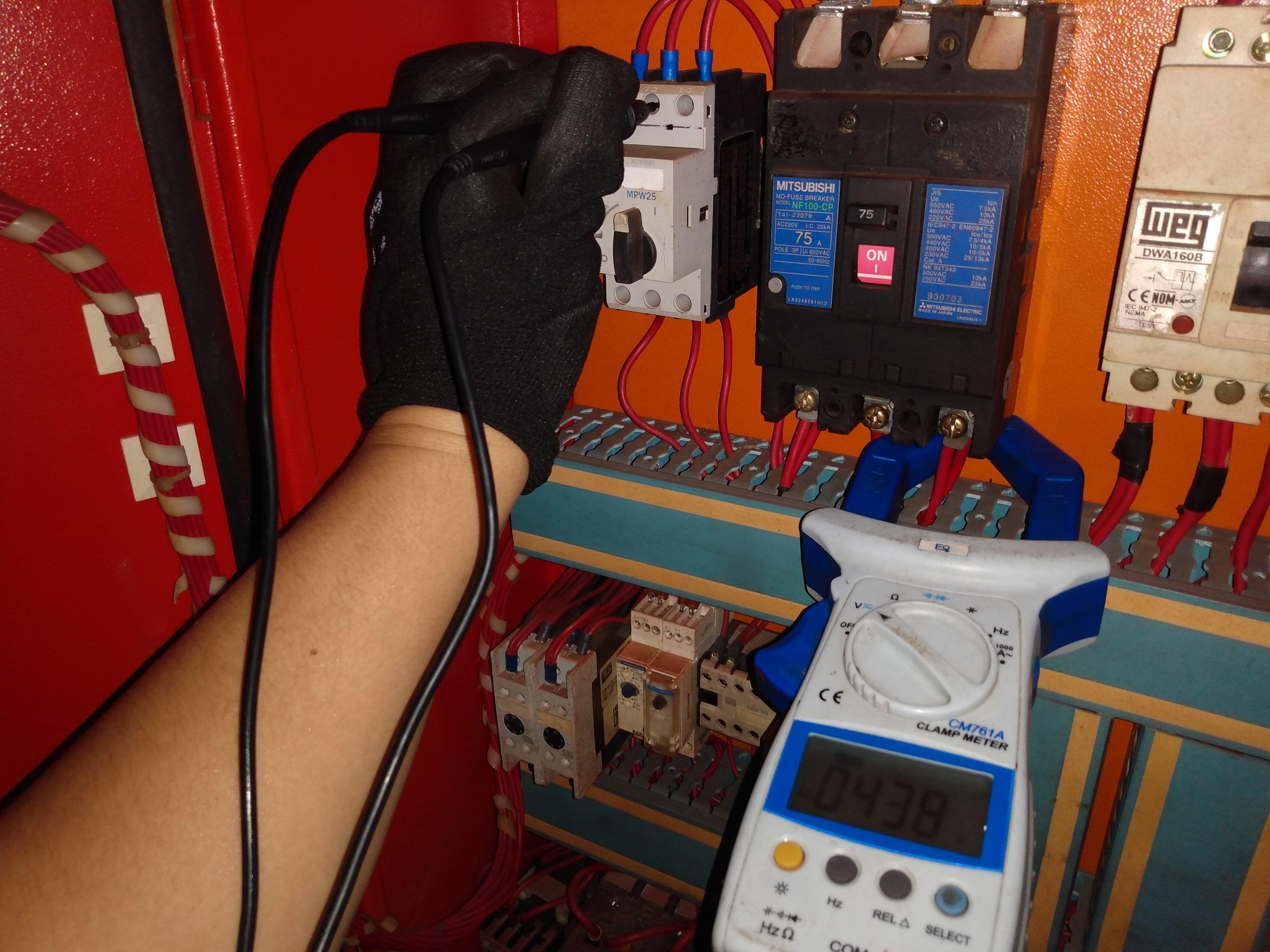 Toma de mediciones a voltajes de alimentación tableros de control.