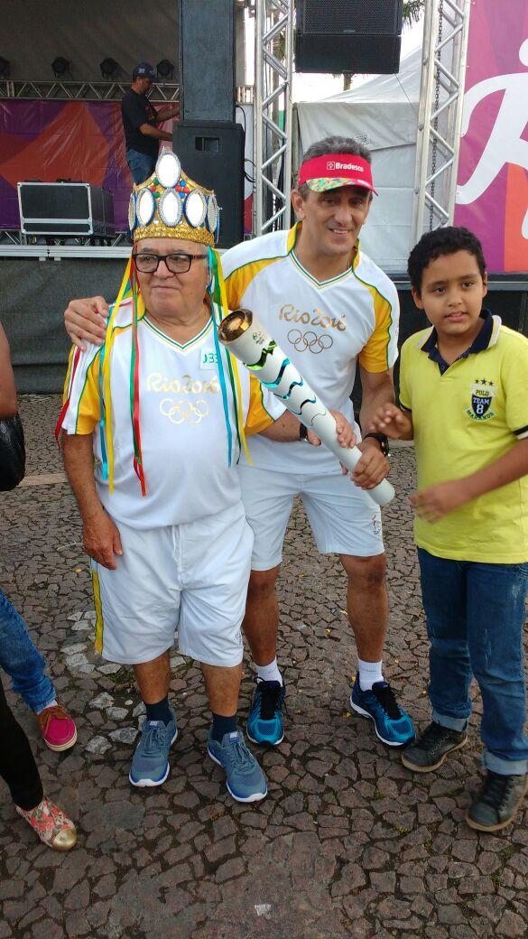 Luiz Gonzaga ladeado por admiradores durante a passagem da tocha olímpica por Garanhuns