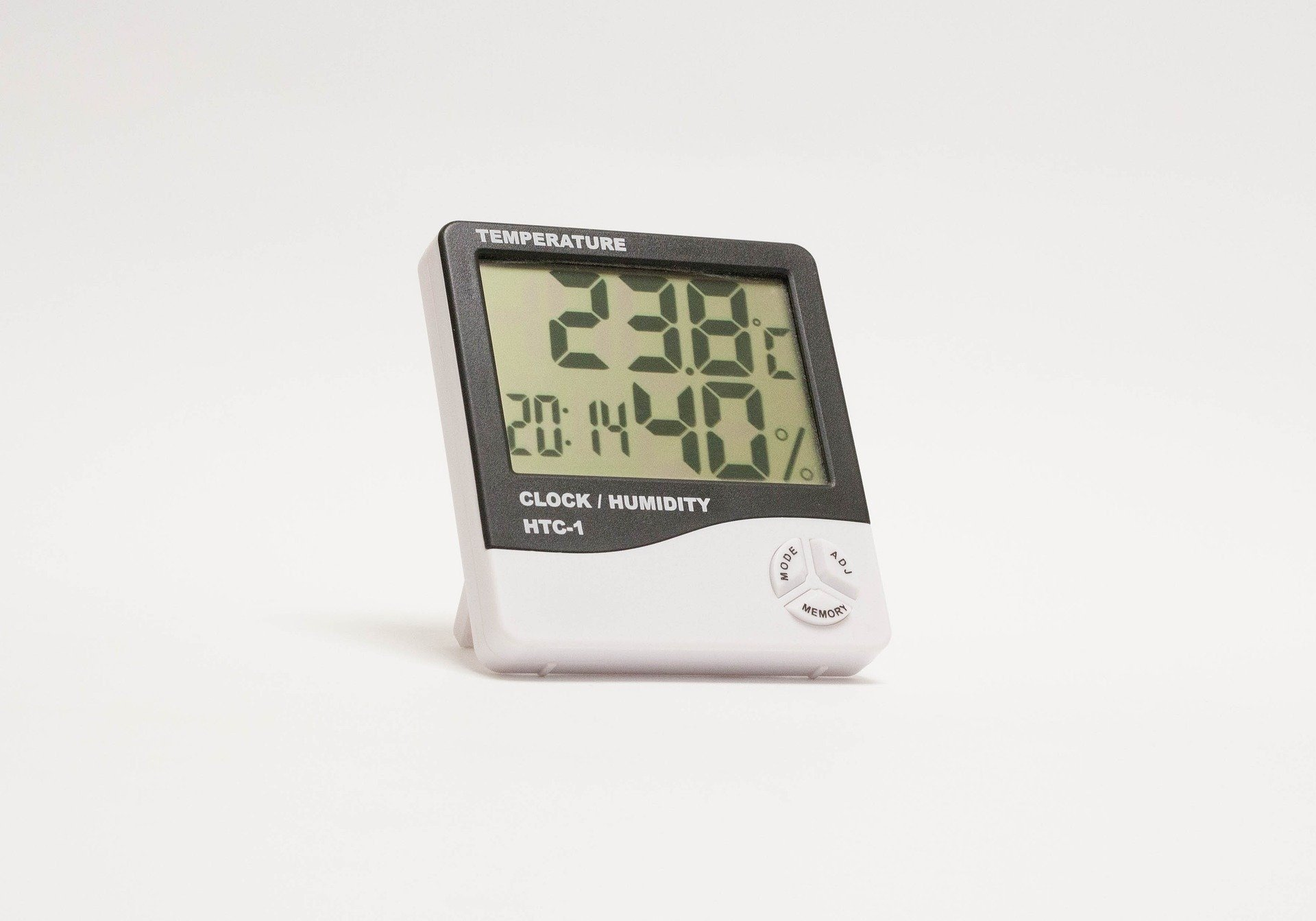 A hybrid thermostat and humidity sensor in a home indicating that the humidity level is 40%