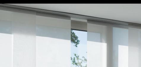 Compuesta por paneles intercalados que se mueven por un riel que cuenta con 3, 4 y 5 canales.