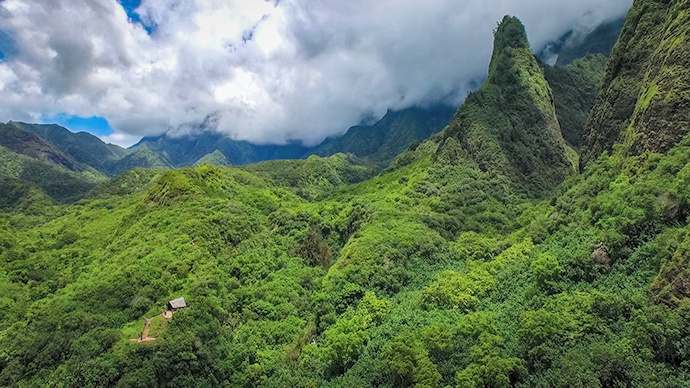 https://0201.nccdn.net/1_2/000/000/110/986/Aerial-View-of-the-Iao-Needle-690x388.jpg