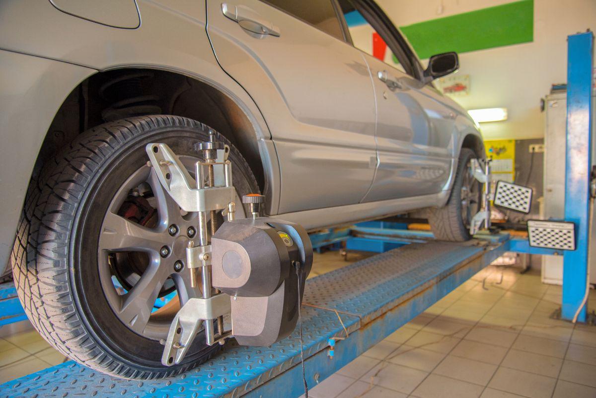 Wheel aligner mounted on a car wheel