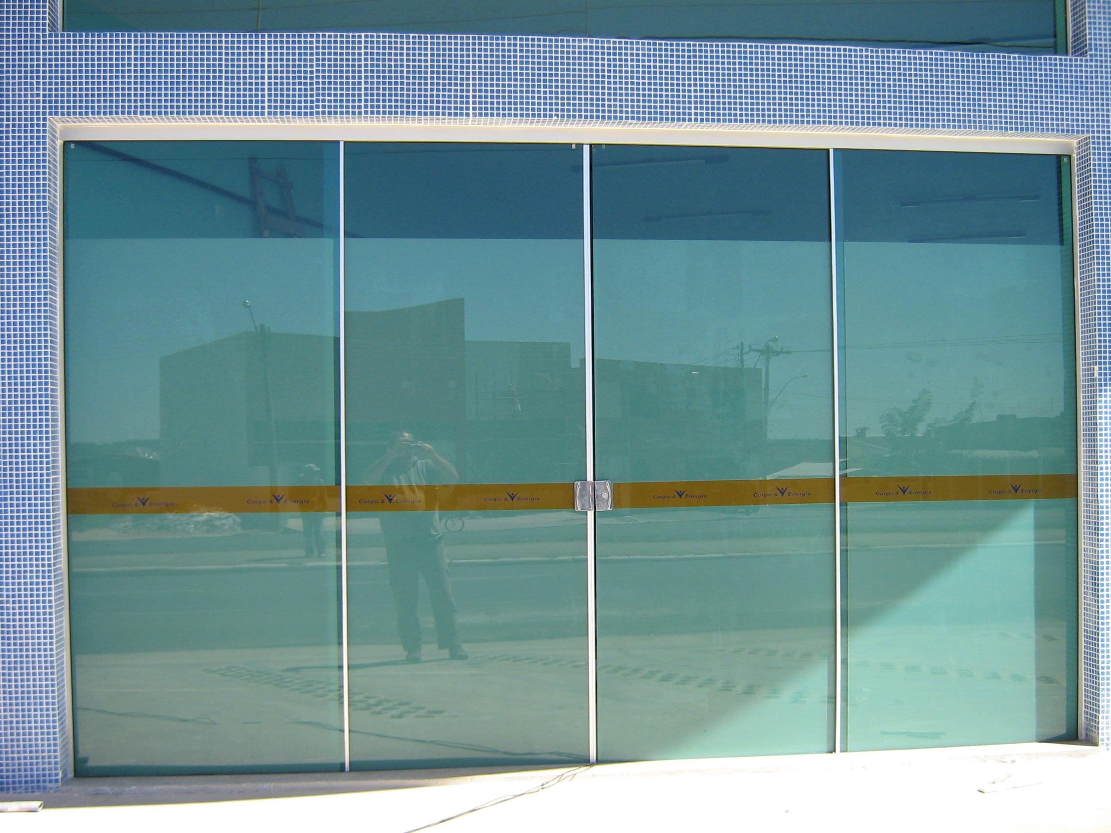 Aplicação de película branco jateado em porta de entrada garantindo privacidade total