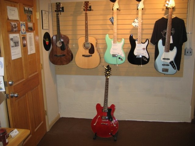 https://0201.nccdn.net/1_2/000/000/11d/aea/Guitar-showroom-a--640x480--640x480.jpg