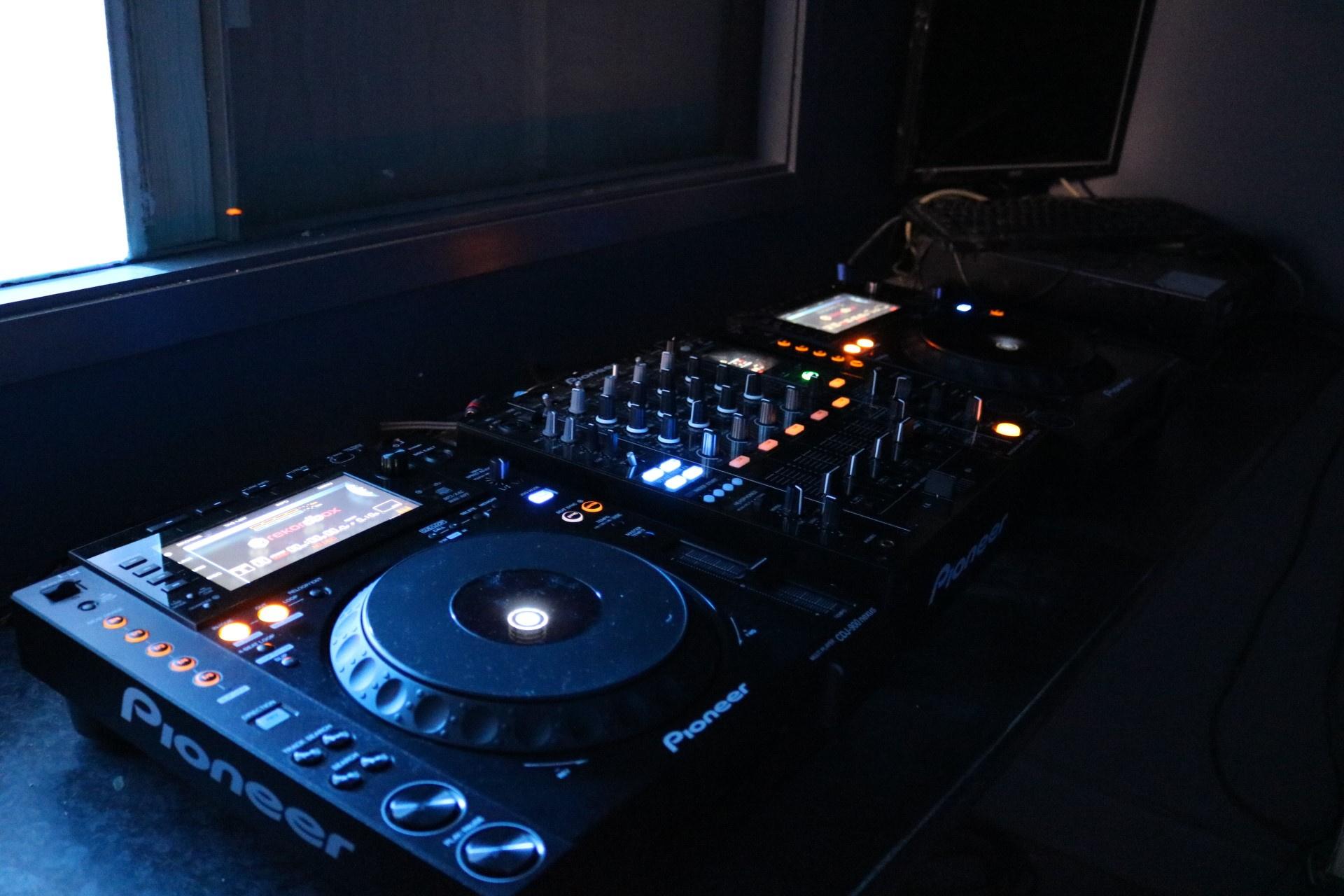 https://0201.nccdn.net/1_2/000/000/11f/0ad/CoQ-DJ-1920x1280.jpg