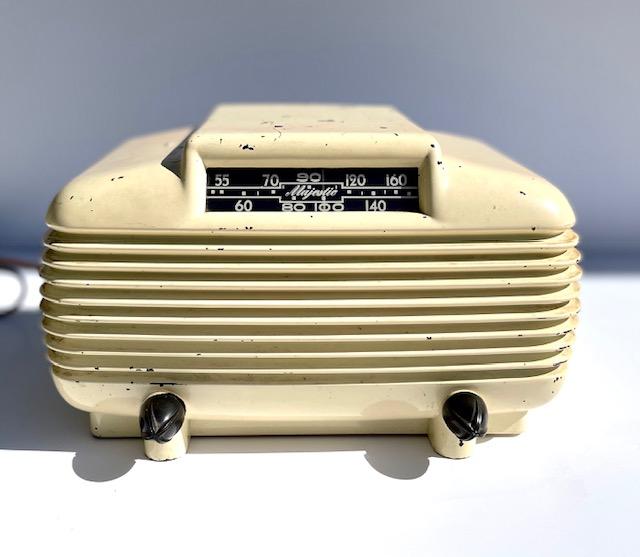https://0201.nccdn.net/1_2/000/000/124/24f/bakelite-majestic-radio.jpg