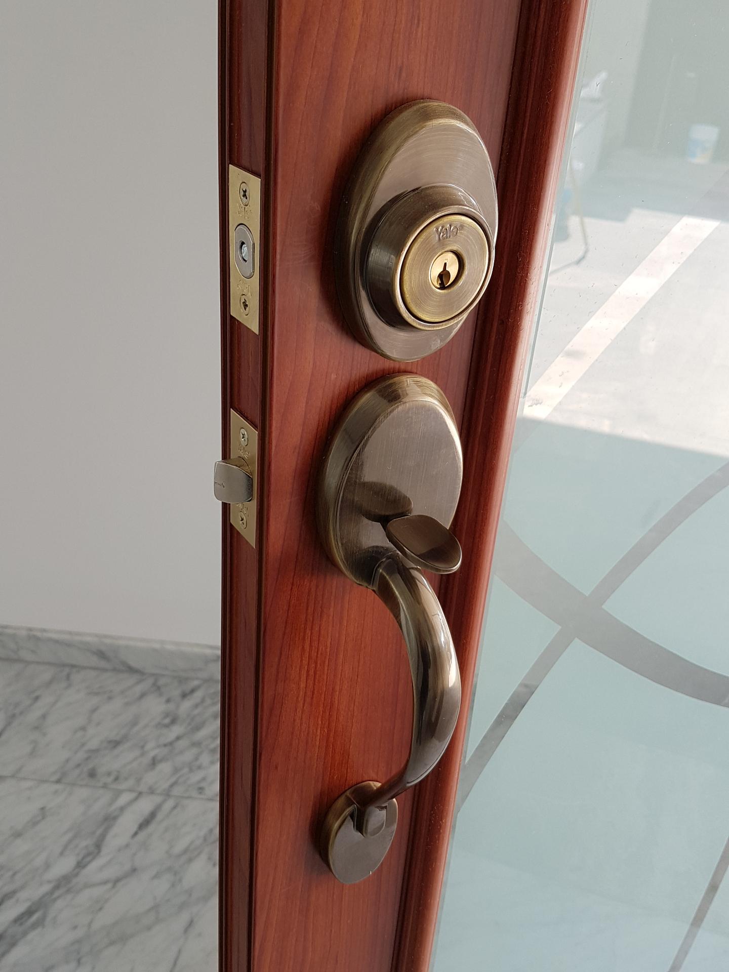 Soluciones integrales en cristal y aluminio puertas for Chapas para puertas de bano
