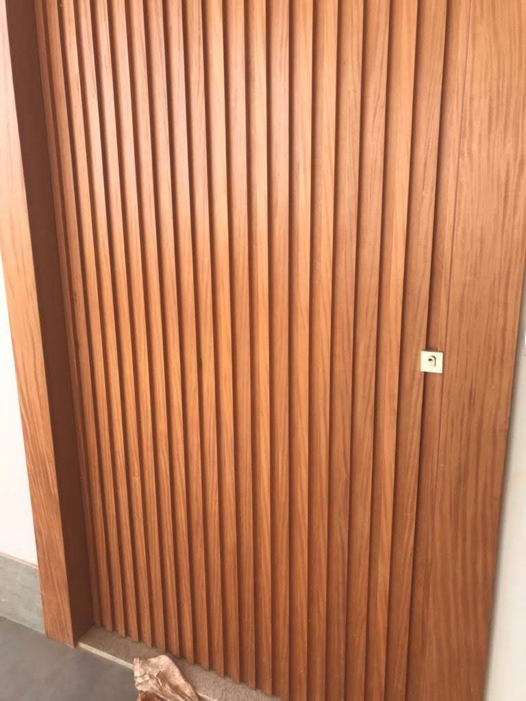 Porta de madeira, ripada.