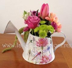 MD - 109  $390 Hermosa regadera acompañada de flores de temporada
