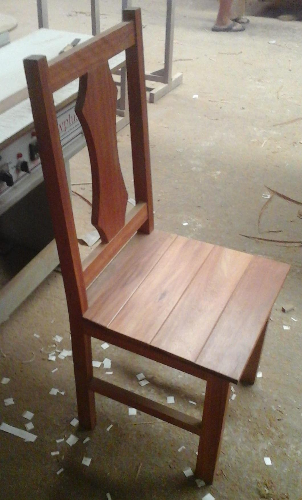 Cadeira em madeira cedro marinheiro envernizado.