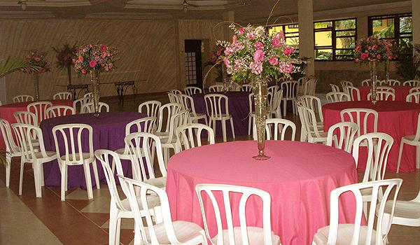 Arranjos de centro de mesa no salão de festas