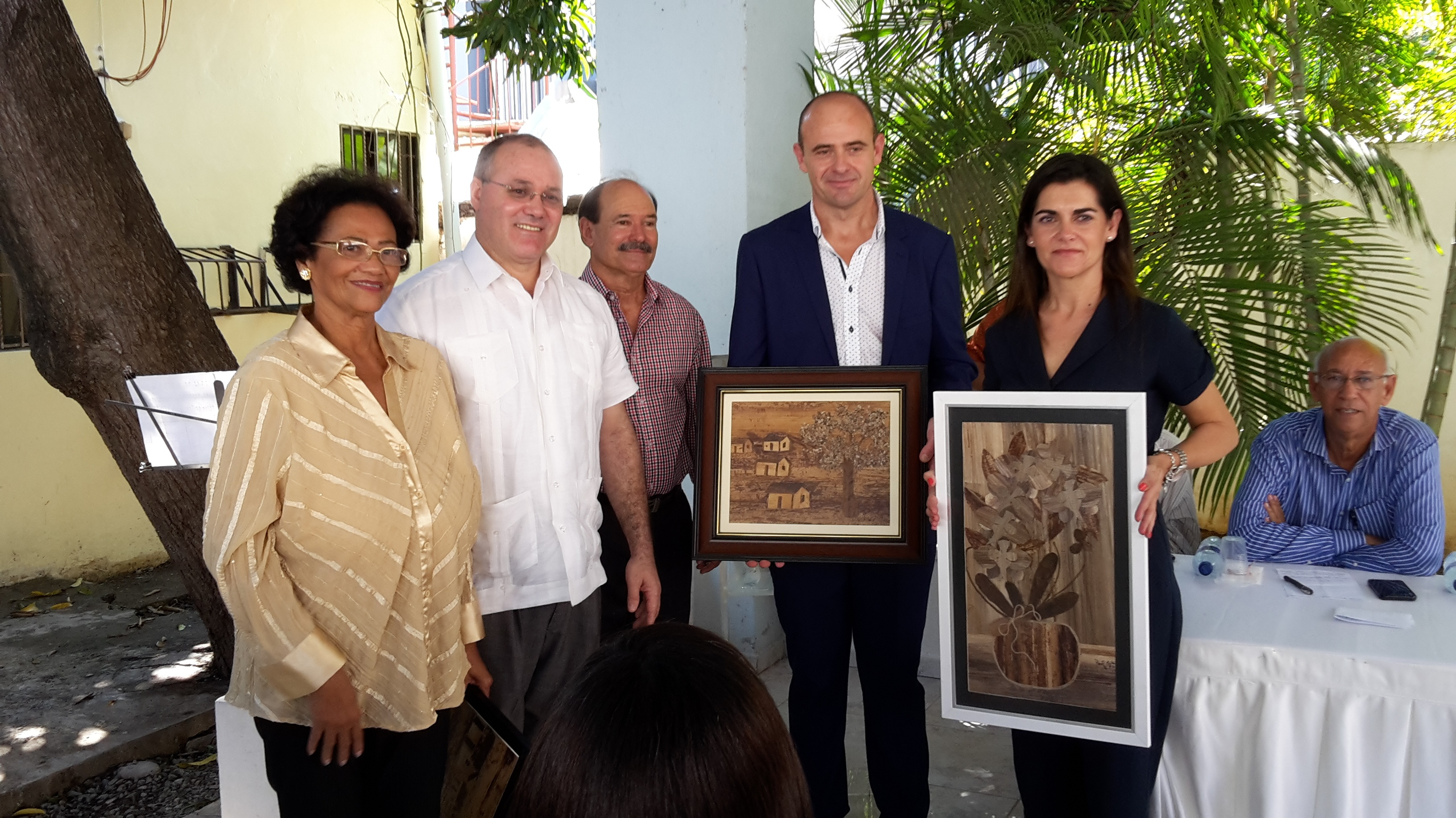 Entrega de presentes a los representantes de ADELCOM LÁCARA
