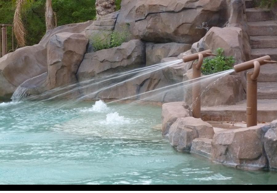 Pool with spray guns||||