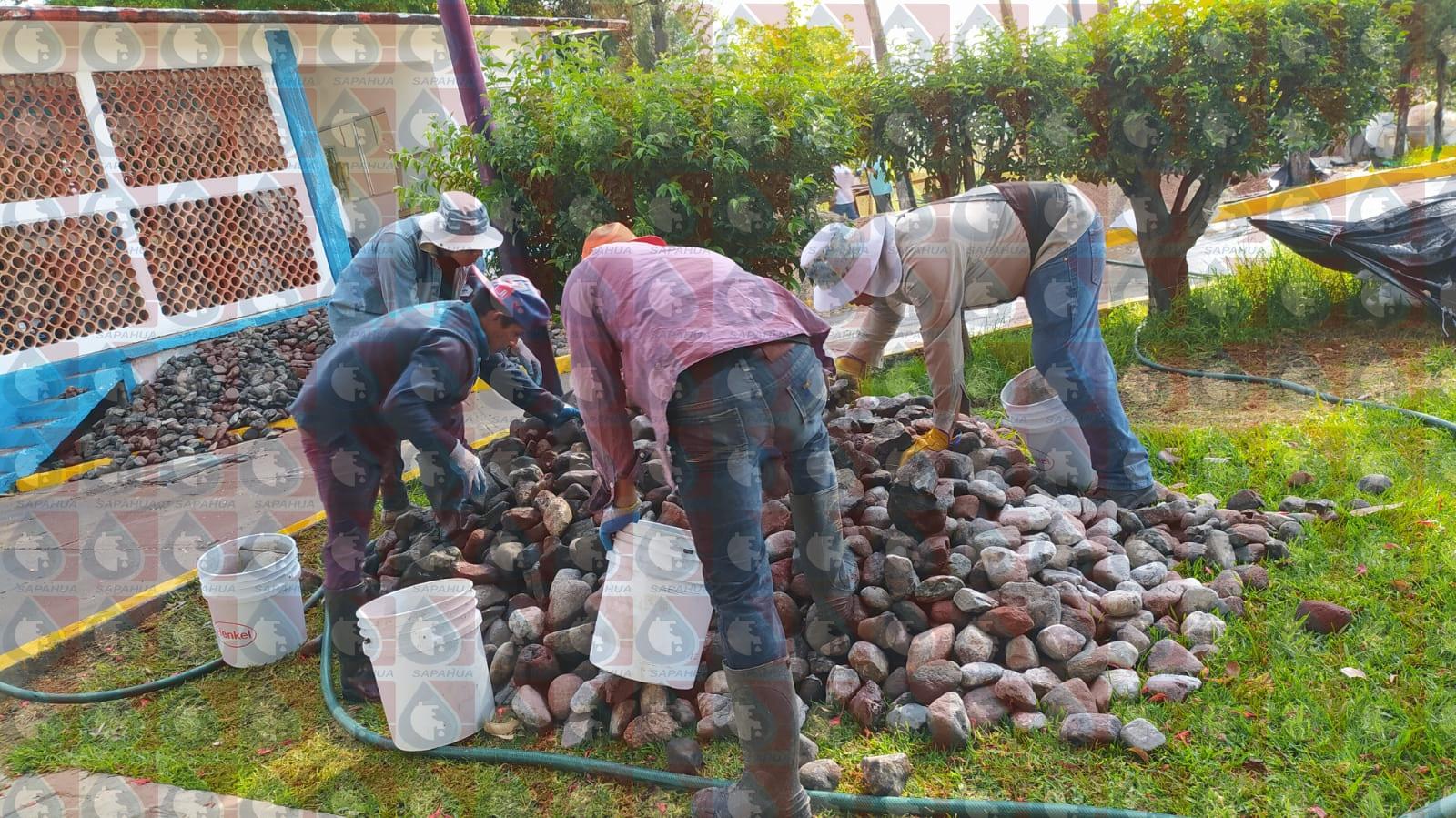 Colocación del material: piedra bola, grava, arena sílica