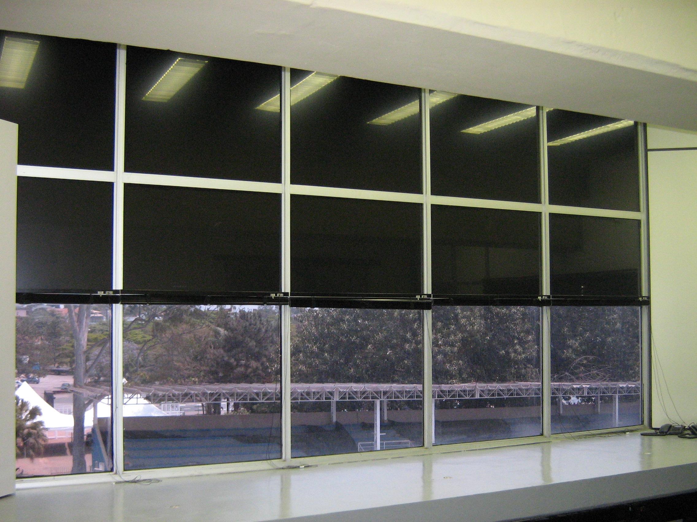 Aplicação de película black-out que garante privacidade total independente da luminosidade interna e externa