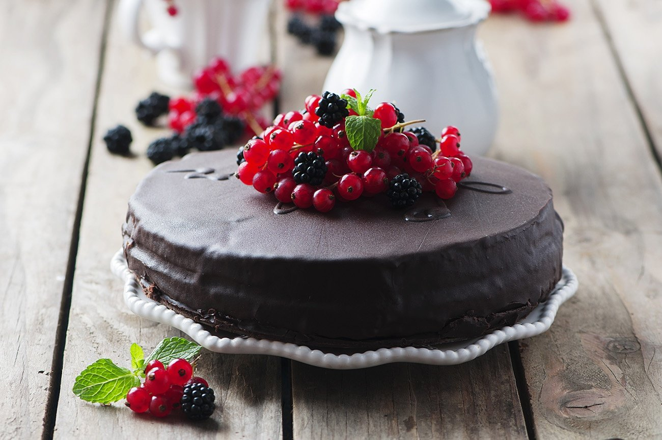 Chocolate cake with berry and mint