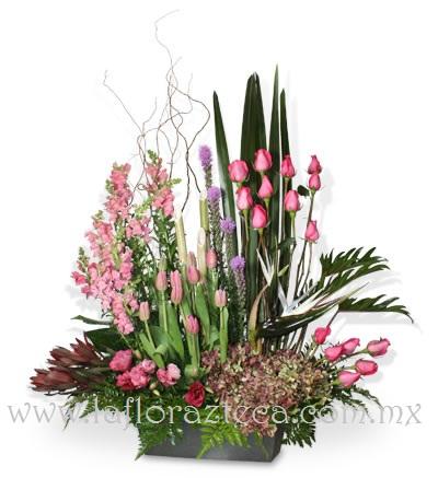 MD - 144  $2,950 Fina composición de liatrix,rosas,perritos,tulipanes,lisiantus y hortensias