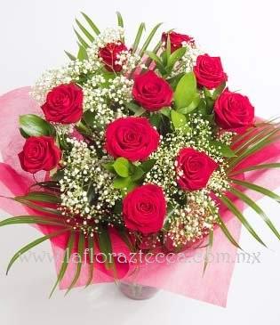 MD - 113  $480 Bouquet de 12 rosas, acompañado de Gypsophilia
