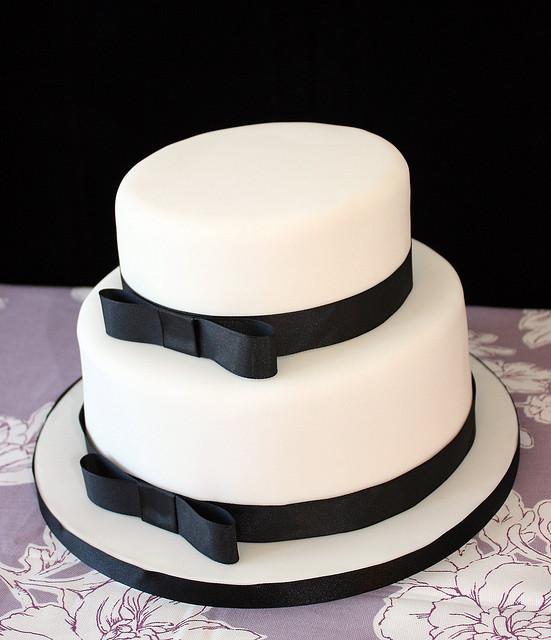 https://0201.nccdn.net/1_2/000/000/15c/75d/wedding-cake-one--tier-or-two-in-fondant.jpg