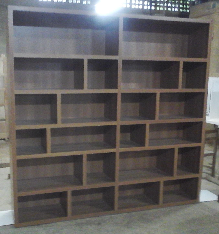 Armário em MDF padrão madeira.