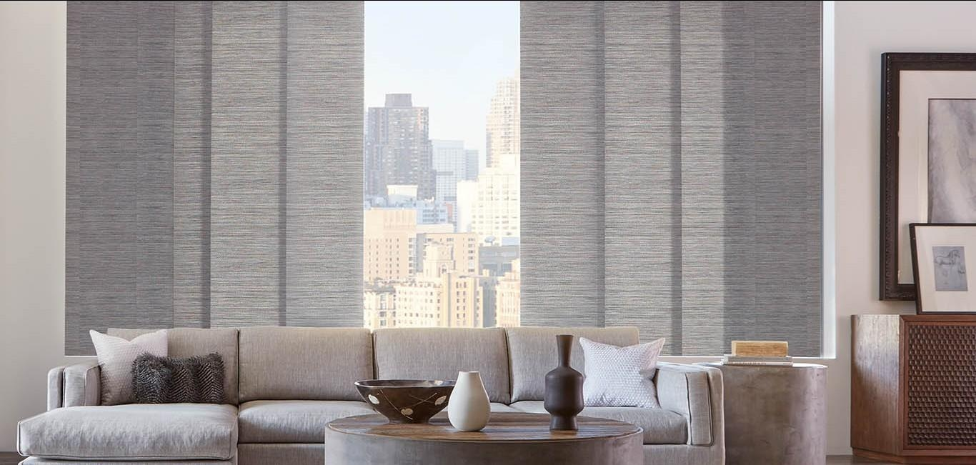 Conformado por paneles de tela que se deslizan sobre discretos rieles de aluminio.