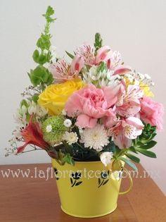 MD - 132  $480 Linda cubeta con flores de temporada