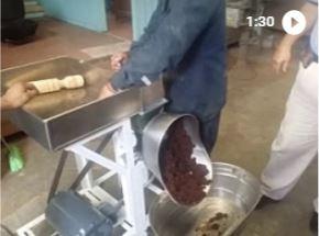 Muele Cacao en Polvo o pasta de Chocolate.