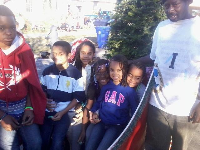 https://0201.nccdn.net/1_2/000/000/16e/c18/christmas-on-the-streets-family.jpg