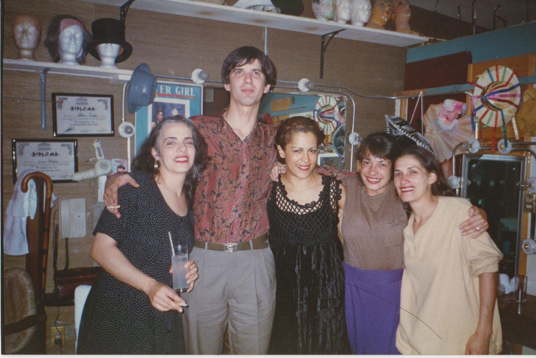 Malú Huacuja del Toro con Jesusa Rodríquez (der.), Eugenia León, Eduardo García Barrios y Annette Fradera (izq.) en el extinto Bar El Hábito, donde trabajó como guionista 5 años.